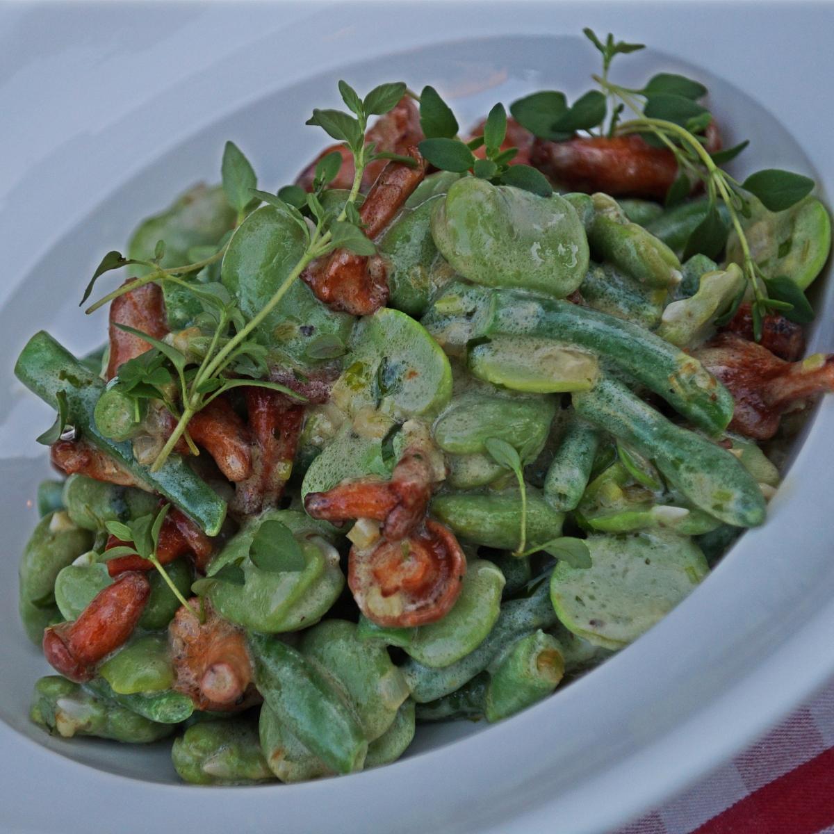 Pyszna sałatka z bobu, zielonej fasolki i grzybów
